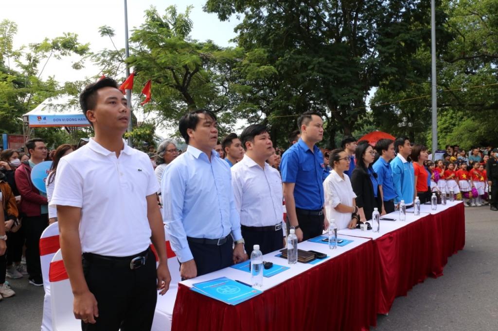 Các vị đại biểu và đoàn viên, thanh niên thực hiện nghi lễ chào cờ