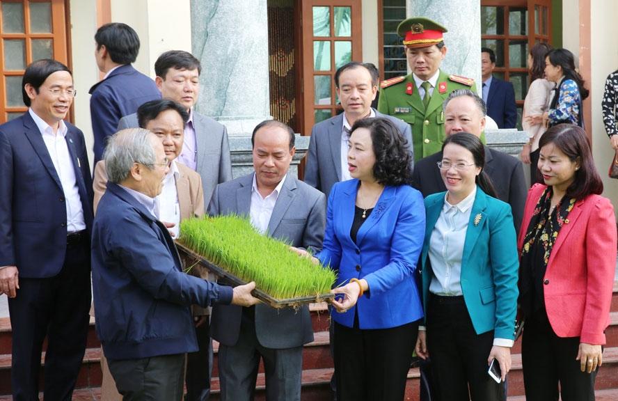 Phó Bí thư Thường trực Thành ủy Ngô Thị Thanh Hằng kiểm tra Chương trình 02 tại huyện Phú Xuyên