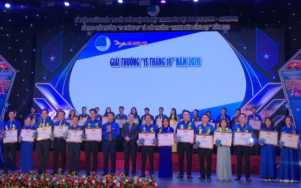 Bí thư Trung ương Đoàn Nguyễn Ngọc Lương và Thứ trưởng Bộ Y tế Trần Văn Thuấn trao bằng khen tới các cán bộ Hội