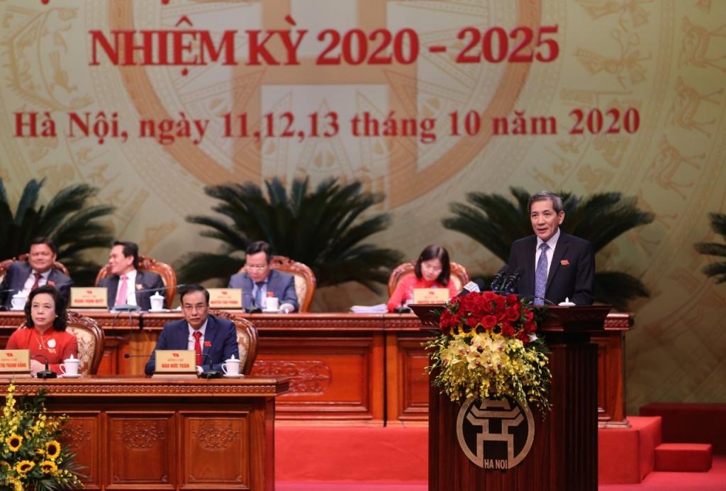 Đồng chí Hoàng Minh Dũng Tiến, Bí thư Quận ủy Ba Đình, Trưởng đoàn Thư ký trình bày dự thảo Nghị quyết Đại hội đại biểu lần thứ XVII Đảng bộ thành phố Hà Nội, nhiệm kỳ 2020-2025