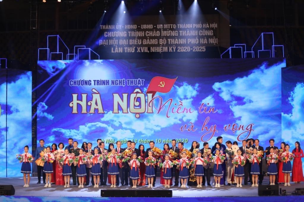 Thanh thiếu nhi Thủ đô tặng hoa chú mừng Ban Thường vụ Thành ủy khoá mới