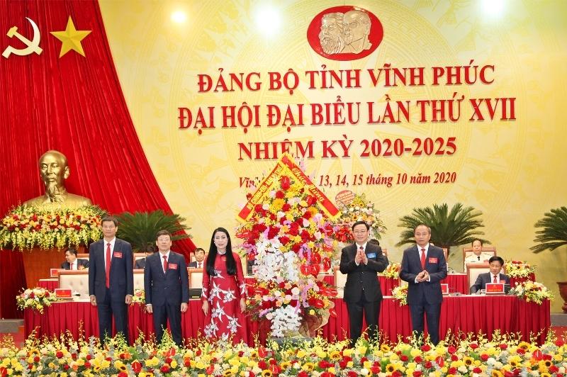 Ủy viên Bộ Chính trị, Bí thư Thành ủy Hà Nội Vương Đình Huệ tặng hoa chúc mừng đại hội