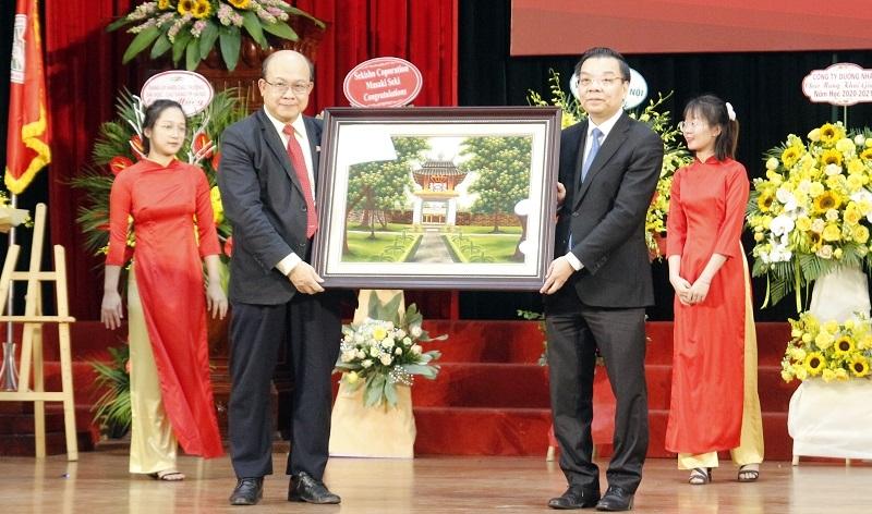 Chủ tịch UBND thành phố Chu Ngọc Anh tặng bức tranh về Hà Nội cho Trường Đại học Bách khoa Hà Nội