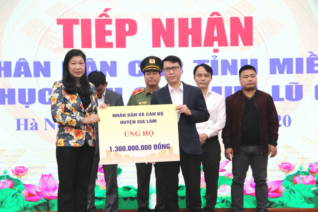 Chủ tịch Ủy ban MTTQ Việt Nam TP Hà Nội Nguyễn Lan Hương tiếp nhận ủng hộ