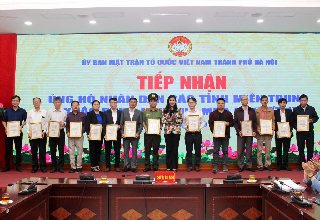 Chủ tịch Ủy ban MTTQ Việt Nam TP Nguyễn Lan Hương trao chứng nhận ủng hộ cho các đơn vị, cá nhân, nhà hảo tâm