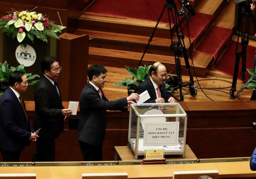 Các đại biểu Quốc hội ủng hộ miền Trung khắc phục hậu quả mưa lũ