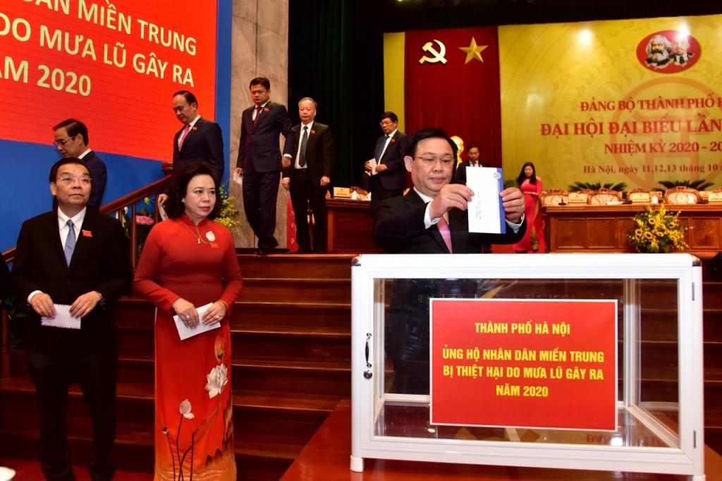 Các đại biểu ủng hộ miền Trung bị ảnh hưởng bởi mưa lũ