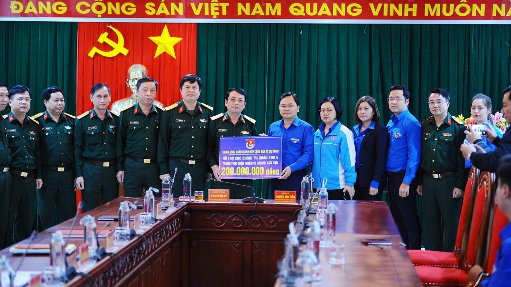 Đoàn công tác Trung ương Đoàn tặng quà Cục Chính trị Quân khu 4