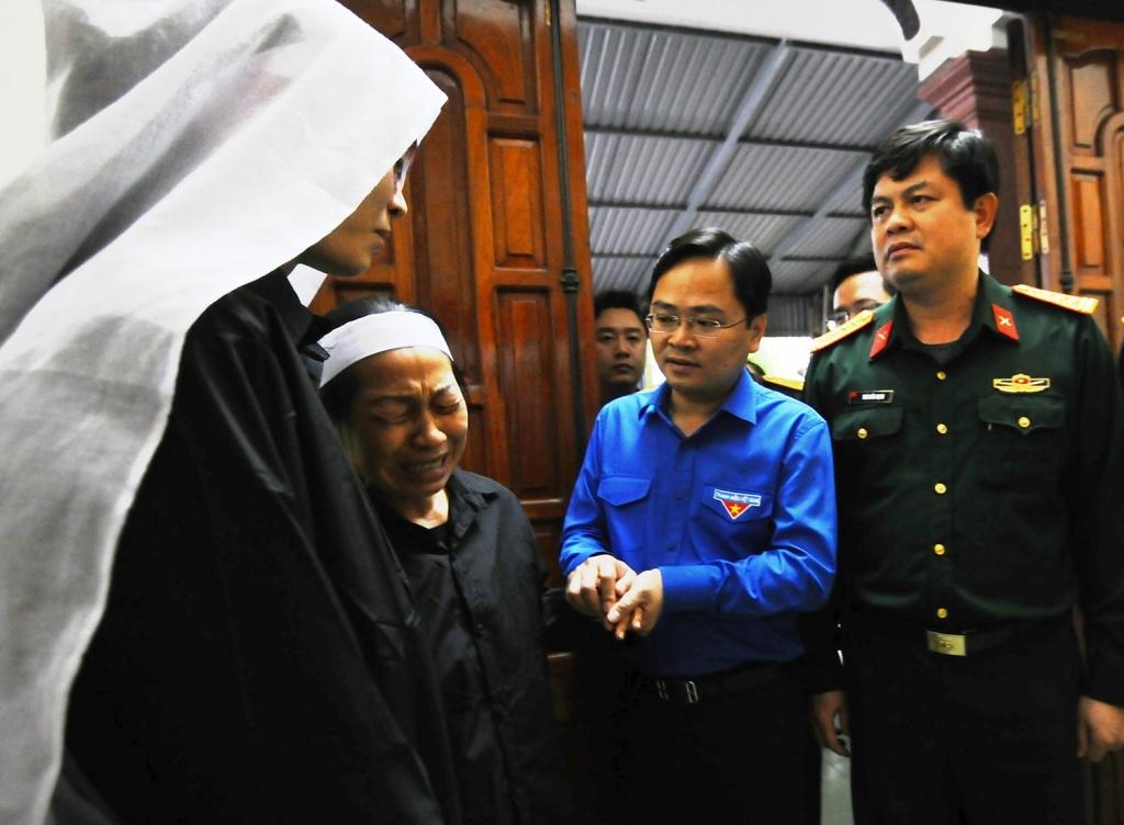 Anh Nguyễn Anh Tuấn cùng đoàn công tác thăm, động viên gia đình chiến sĩ hy sinh trong lúc làm nhiệm vụ