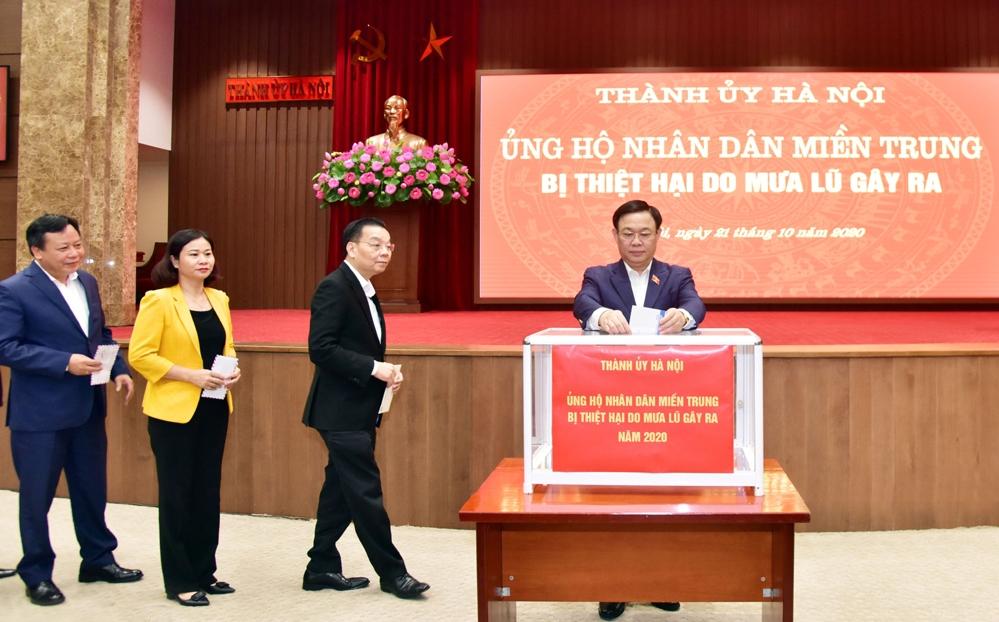 Các đồng chí lãnh đạo TP Hà Nội ủng hộ miền Trung