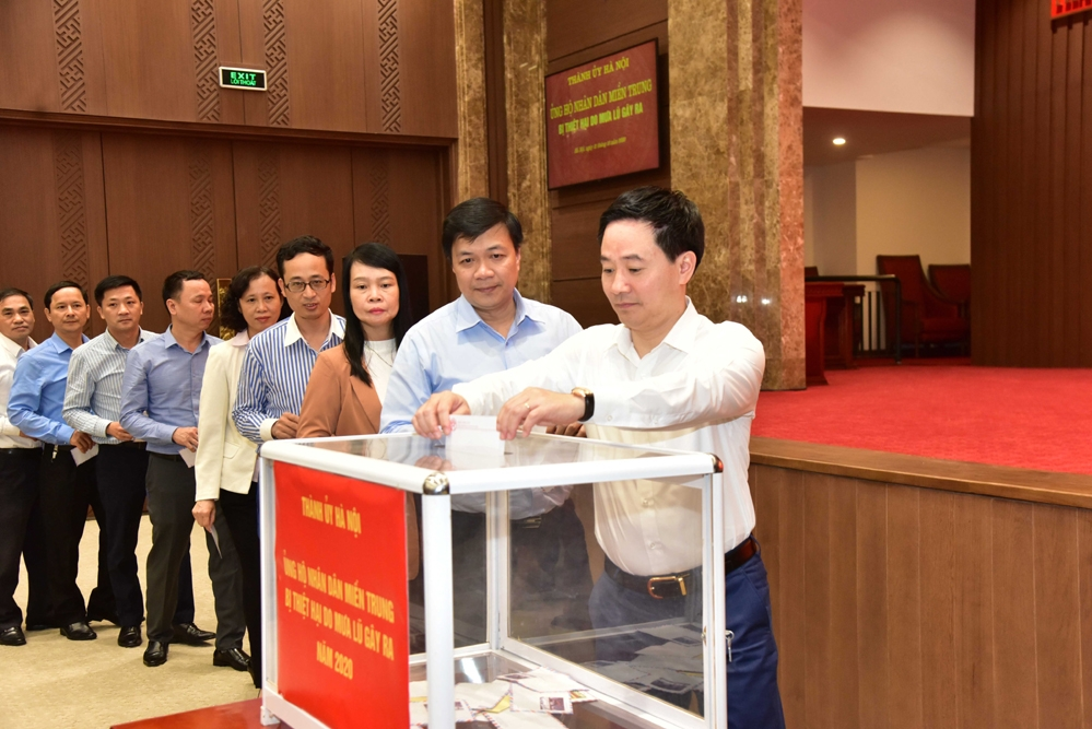 Đại diện cơ quan Thành ủy Hà Nội tham gia ủng hộ nhân dân miền Trung