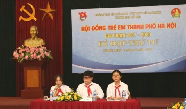 Nguyễn Như Khôi (giữa) điều hành phiên họp của Hội đồng trẻ em thành phố Hà Nội