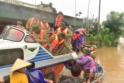 Tập trung ứng phó bão số 8 và cứu trợ khẩn cấp người dân vùng ngập lũ