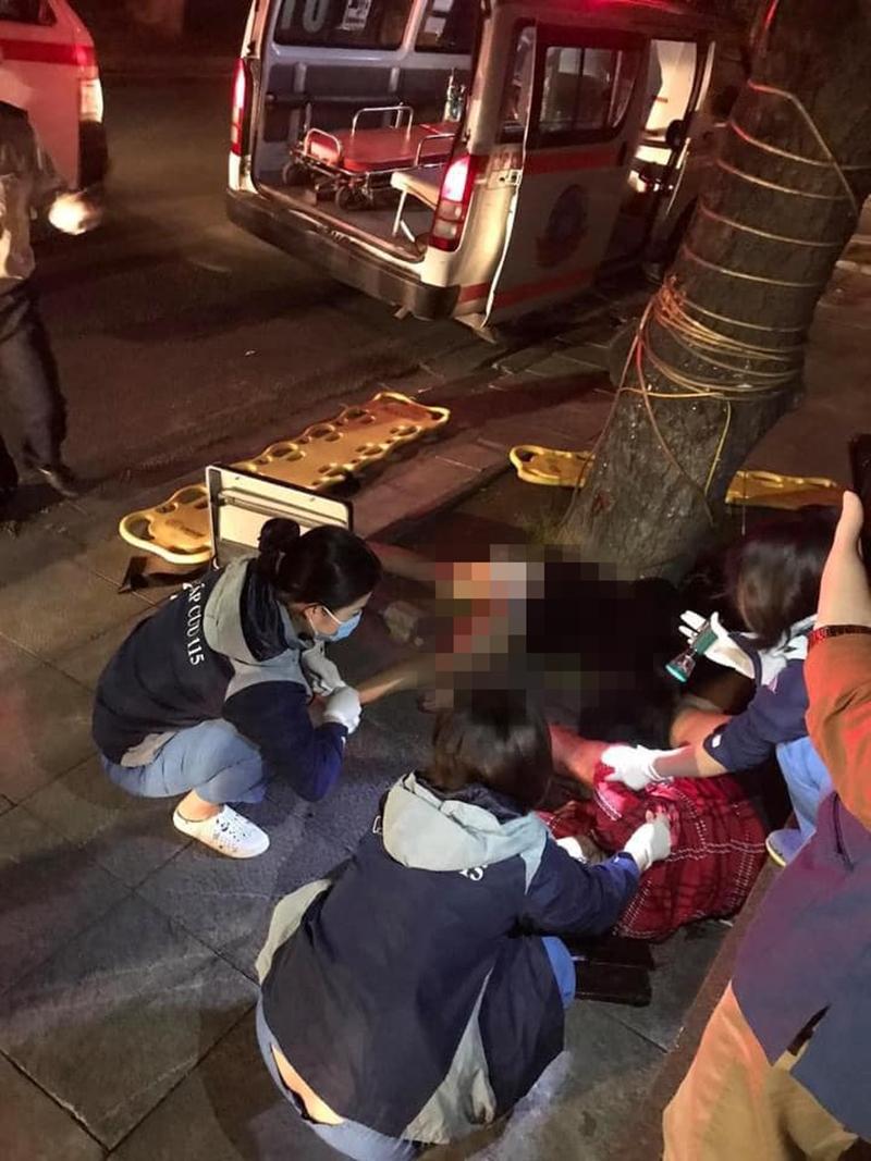 Lực lượng chức năng quận Hoàn Kiếm (Hà Nội) nhanh chóng có mặt, đưa người bị thương vào Bệnh viện cấp cứu