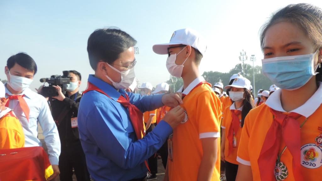 Đồng chí Nguyễn Anh Tuấn, Bí thư Thường trực Trung ương Đoàn, Chủ tịch Trung ương Hội LHTN Việt Nam trao Huy hiệu tới các đại biểu Cháu ngoan bác Hồ