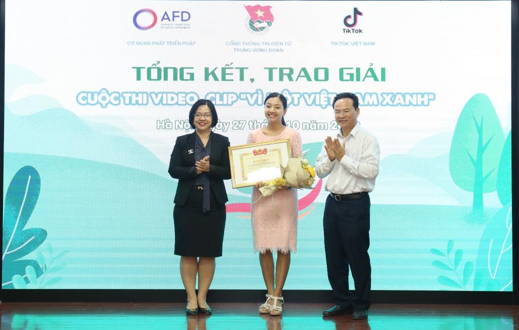 Đại diện Ban tổ chức trao giải tới tác giả xuất sắc