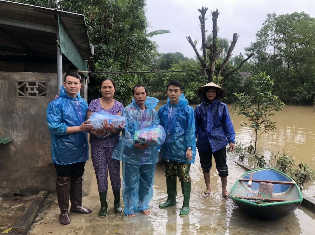 Thanh niên Hà Nội trao quà tại vùng lũ