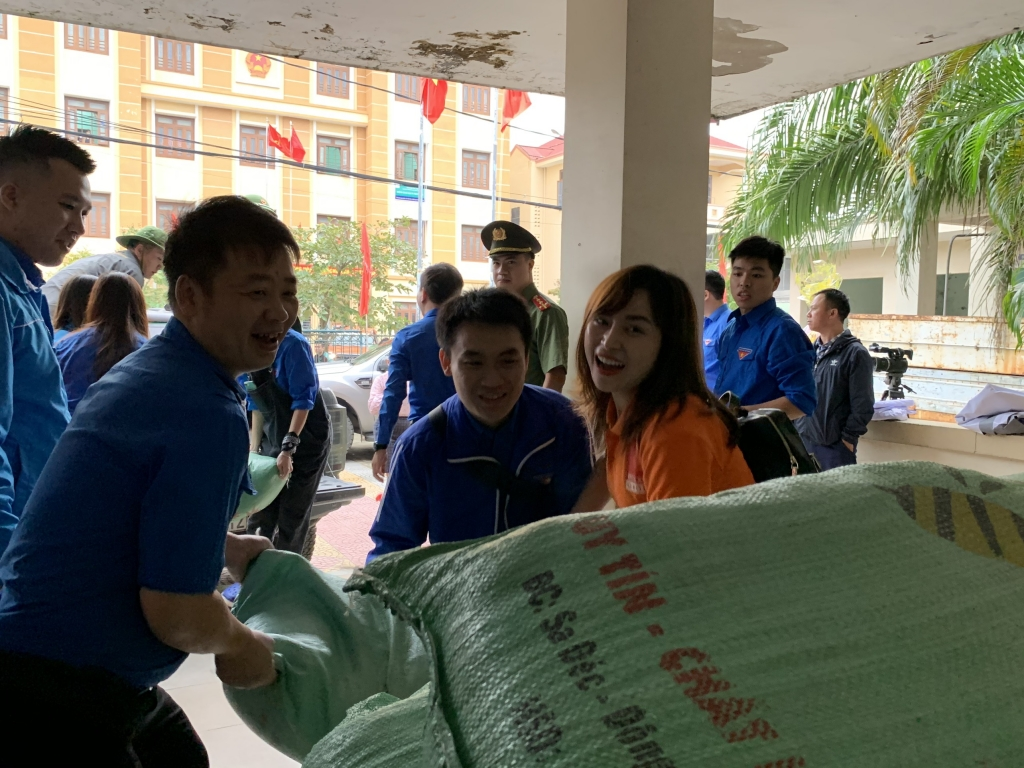 Đoàn công tác Thành đoàn Hà Nội hỗ trợ Nhân dân Quảng Trị bị thiệt hại do mưa lũ