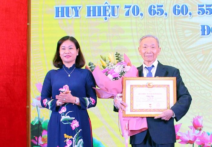 Phó Bí thư Thường trực Thành ủy Nguyễn Thị Tuyến trao Huy hiệu 70 năm tuổi Đảng cho đồng chí Phạm Dậu