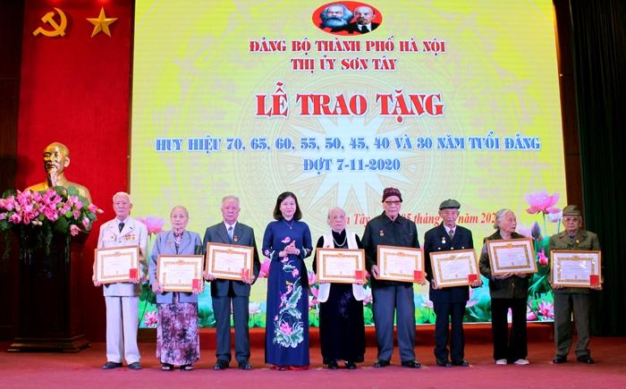 Phó Bí thư Thường trực Thành ủy Nguyễn Thị Tuyến trao Huy hiệu Đảng cho các Đảng viên lão thành Thị xã Sơn Tây