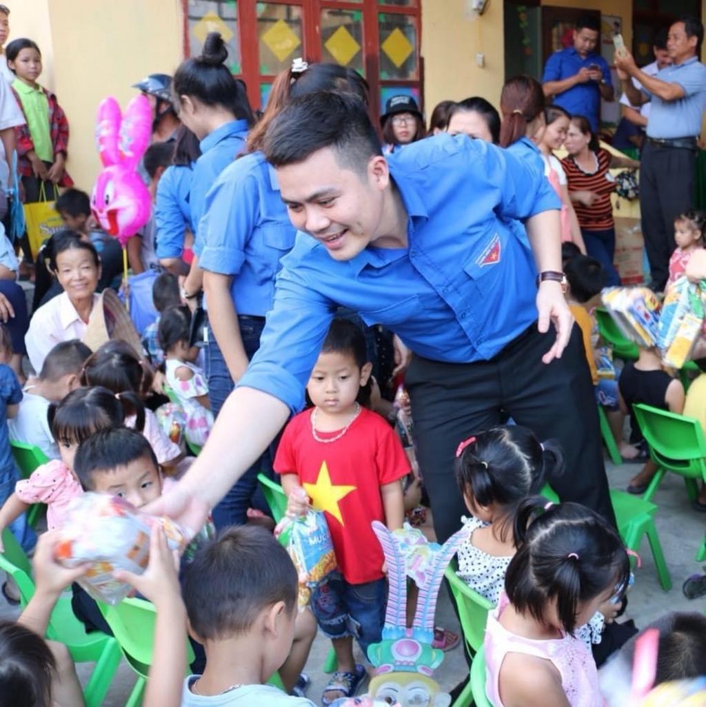 Anh Trần Xuân Quang tặng quà tới các em nhỏ