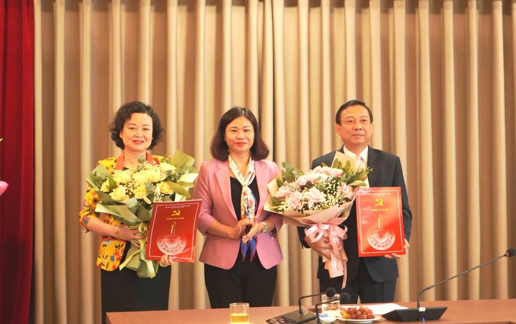 Phó Bí thư Thường trực Thành ủy Nguyễn Thị Tuyến trao quyết định và tặng hoa chúc mừng đồng chí Trịnh Huy Thành và đồng chí Đinh Thị Lan Duyên