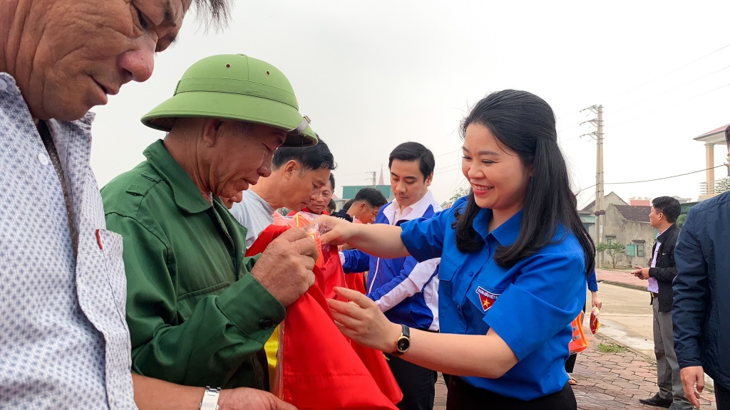 2.400 lá cờ Tổ quốc được tuổi trẻ Thủ đô gửi tặng ngư dân tại cảng cá Lộc Hà, tỉnh Hà Tĩnh