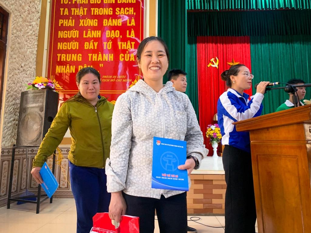 Đồng hành cùng chính quyền các cấp, nhiều cơ quan, tổ chức, đơn vị đã gửi tặng kinh phí, quà hỗ trợ người dân khắc phục hậu quả sau mưa lũ