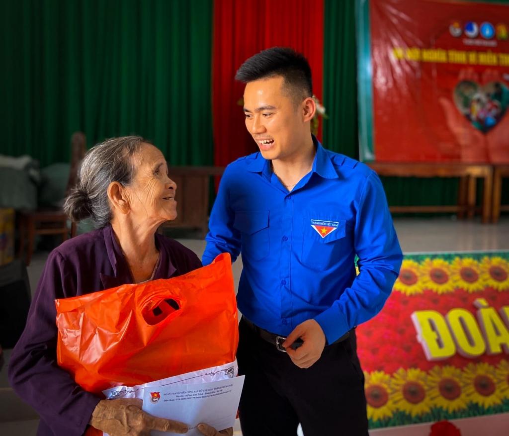 Nhiều phần quà bao gồm tiền mặt, gạo, nhu yếu phẩm được người trẻ Hà Nội gửi tận tay bà con tỉnh Thừa Thiên - Huế