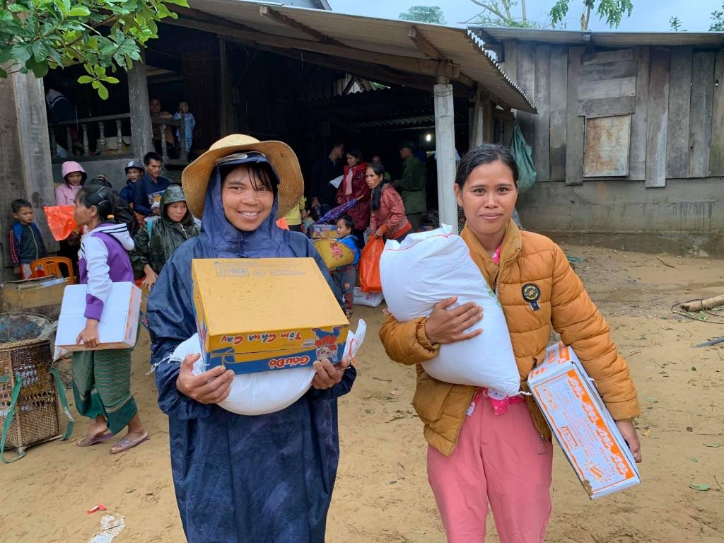 Trời mưa không làm tắt đi nụ cười ấm áp của người dân Quảng Trị