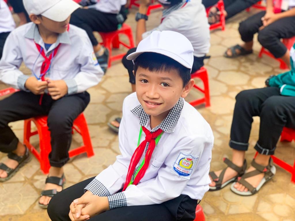 Các em học sinh Hà Tĩnh vui mừng khi được nhận quà