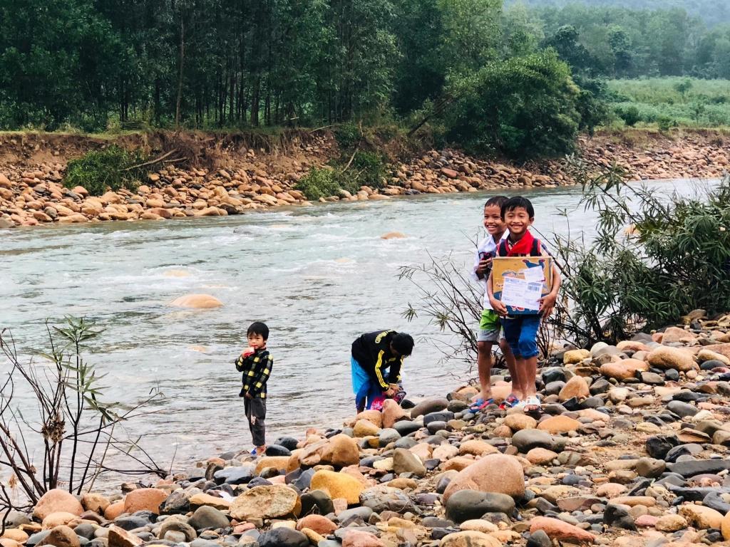 Nụ cười của những em nhỏ tỉnh Quảng Trị khi được nhận quà
