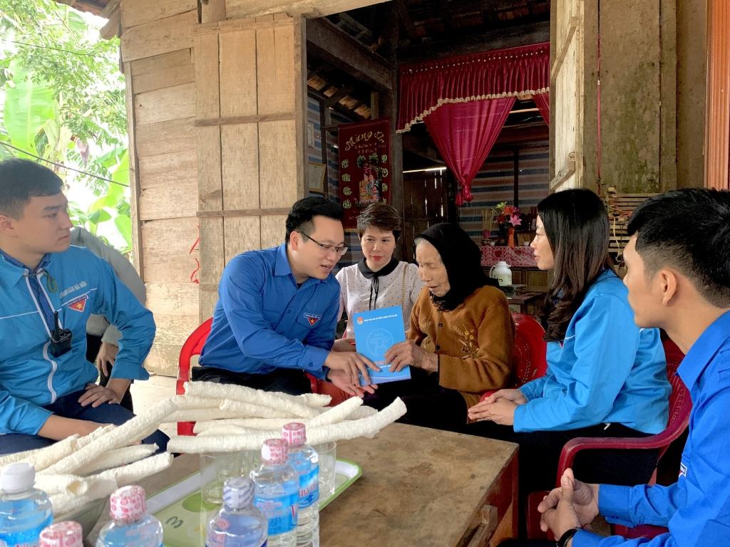 """Những nụ cười ấm áp đến từ người dân, thanh thiếu nhi miền Trung càng tiếp thêm động lực cho tuổi trẻ Thủ đô tiếp tục hành trình """"Hà Nội nghĩa tình"""", """"Hà Nội vì cả nước - Hà Nội cùng cả nước"""""""