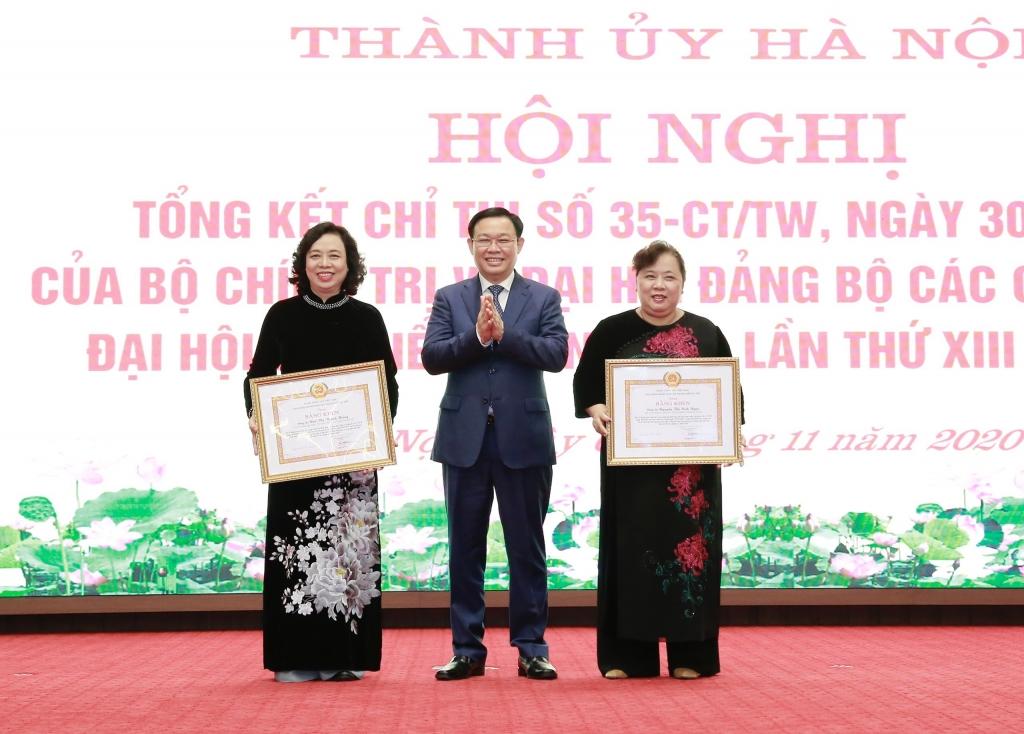 Bí thư Thành ủy Vương Đình Huệ trao bằng khen cho nguyên Phó Bí thư Thường trực Thành ủy Ngô Thị Thanh Hằng và Chủ tịch HDNĐ TP Nguyễn Thị Bích Ngọc