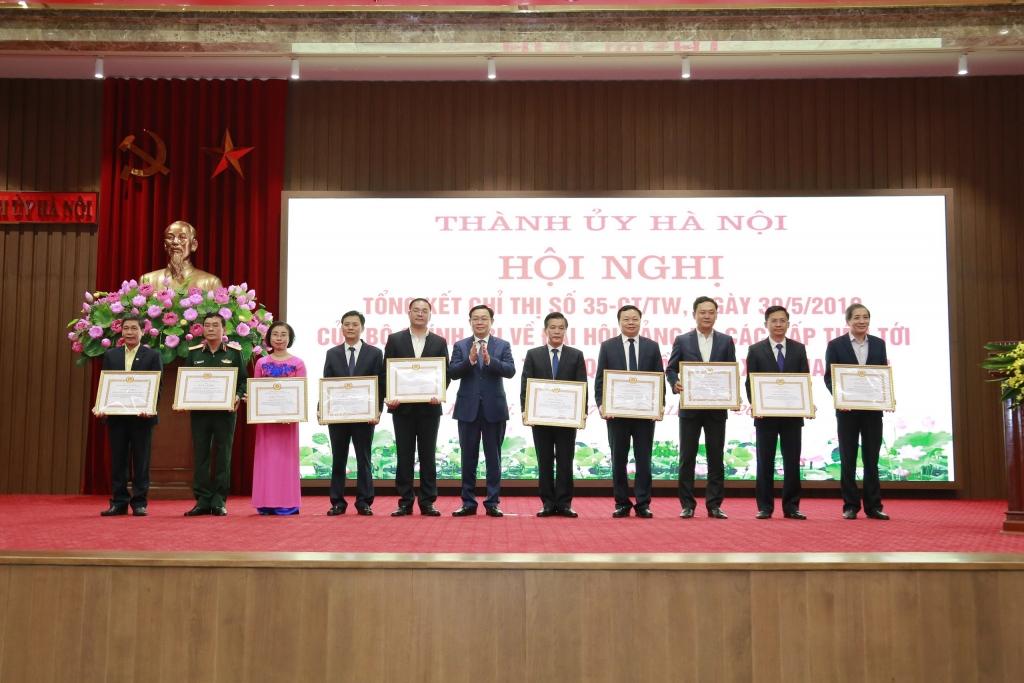 Bí thư Thành ủy Vương Đình Huệ trao bằng khen cho các tập thể, cá nhân