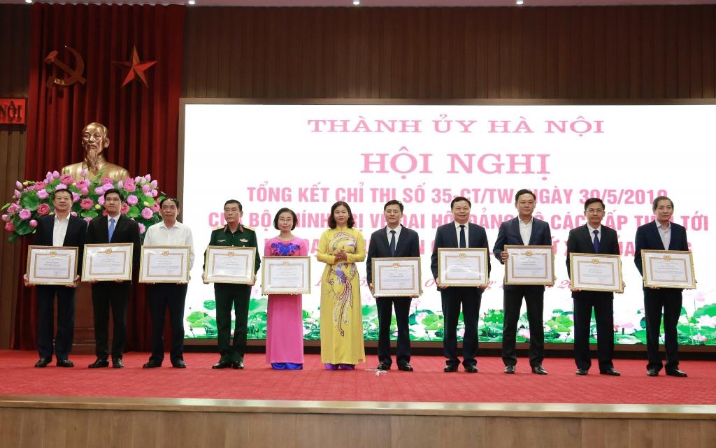 Phó Bí thư Thường trực Thành ủy Nguyễn Thị Tuyến trao bằng khen cho các tập thể, cá nhân tiêu biểu