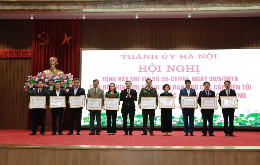 Phó Bí thư Thành ủy, Chủ tịch UBND TP Chu Ngọc Anh trao bằng khen cho các tập thể, cá nhân