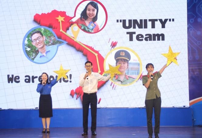 Các thành viên đội Unity trong phần thi giới thiệu