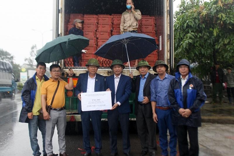 """VEC """"làm khó"""" đoàn xe cứu trợ lũ lụt miền Trung"""