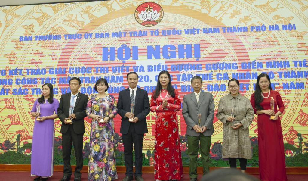 Chủ tịch Ủy ban MTTQ Việt Nam TP Nguyễn Lan Hương trao giải đặc biệt cho các tác giả có tác phẩm đạt giải