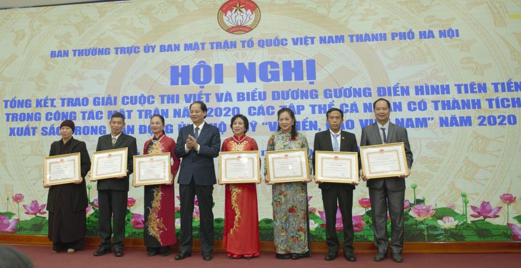 Đồng chí Nguyễn Doản Toản trao bằng khen cho các gương điển hình tiên tiến trong công tác Mặt trận