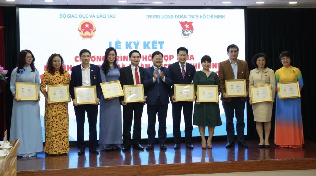 Bí thư Thứ nhất Trung ương Đoàn Nguyễn Anh Tuấn trao tặng Kỷ niệm chương Vì thế hệ trẻ cho 11 cán bộ Bộ Giáo dục và Đào tạo