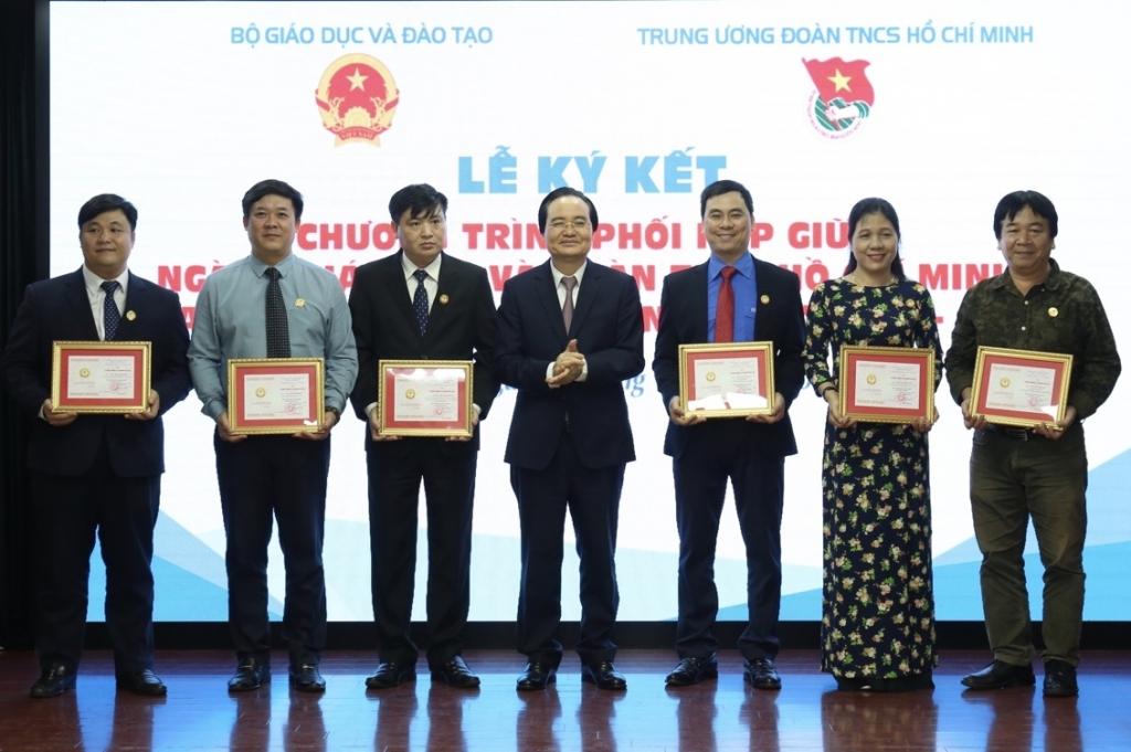 """Bộ trưởng Bộ Giáo dục và Đào tạo Phùng Xuân Nhạ trao kỷ niệm chương """"Vì sự nghiệp giáo dục"""" cho 7 cán bộ của Trung ương Đoàn"""