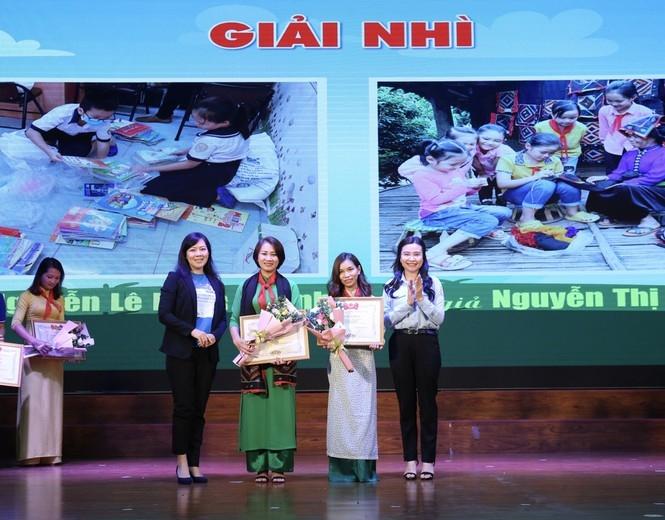 Các đại biểu trao phần thưởng tới tác giả đoạt giải Nhì