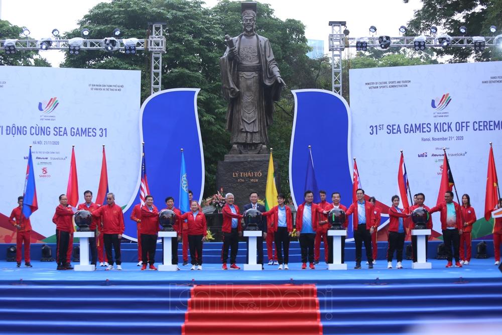 Các đại biểu nhấn nút khởi động chương trình