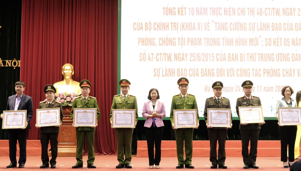 Phó Bí thư Thường trực Thành ủy Nguyễn Thị Tuyến trao bằng khen cho các tập thể, cá nhân có thành tích xuất sắc