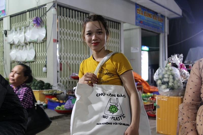 Người dân và khách du lịch được phát túi vải để sử dụng, giảm thiểu túi ni lông