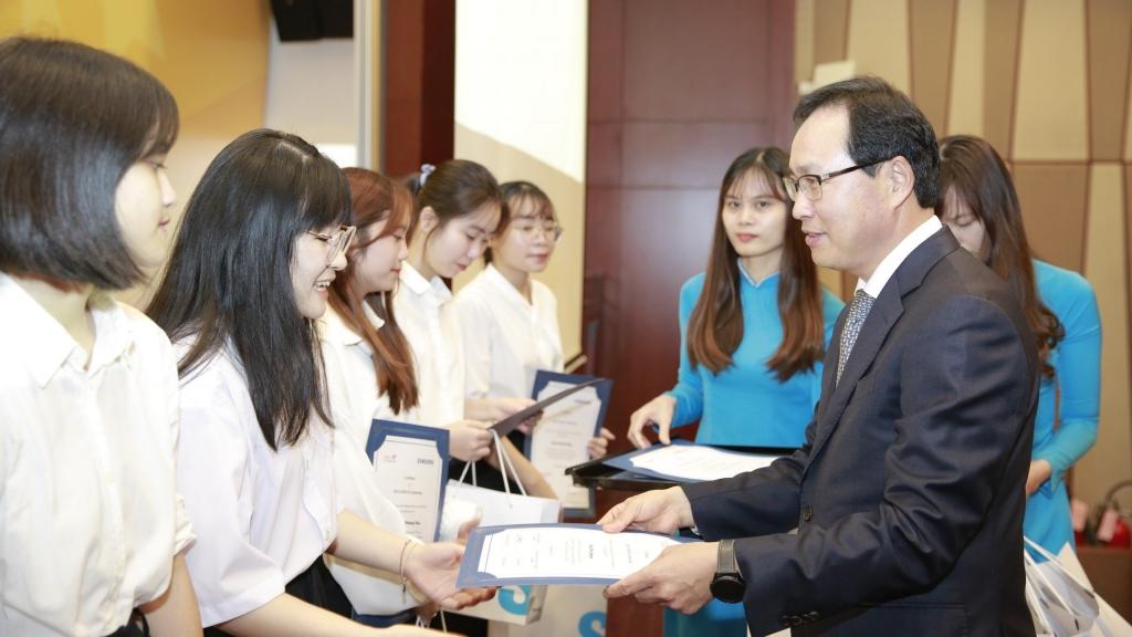 Các sinh viên chuyên ngành tiếng Hàn xuất sắc được nhận học bổng