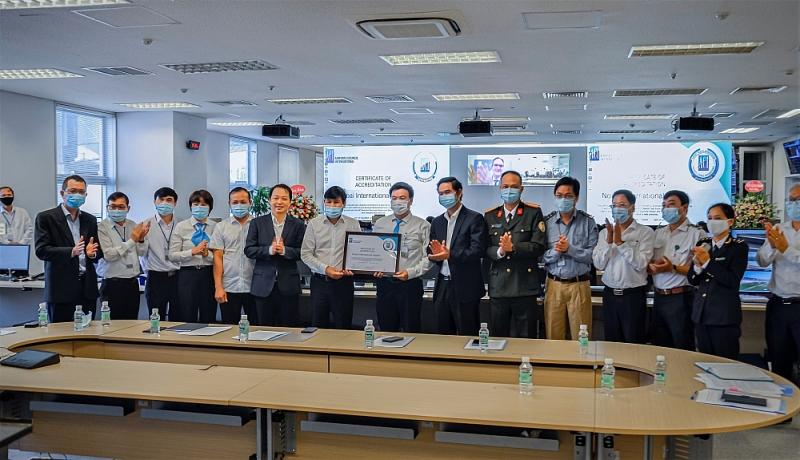 Đại diện lãnh đạo các ban ngành chúc mừng NIA là sân bay đầu tiên nhận chứng chỉ AHA