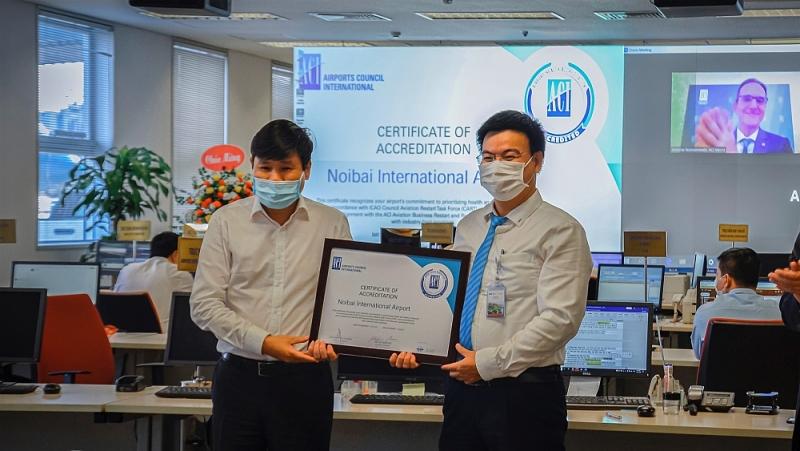 Cục Trưởng Cục HKVN Đinh Việt Thắng và PGĐ NIA Tô Tử Hà nhận chứng chỉ của ACI